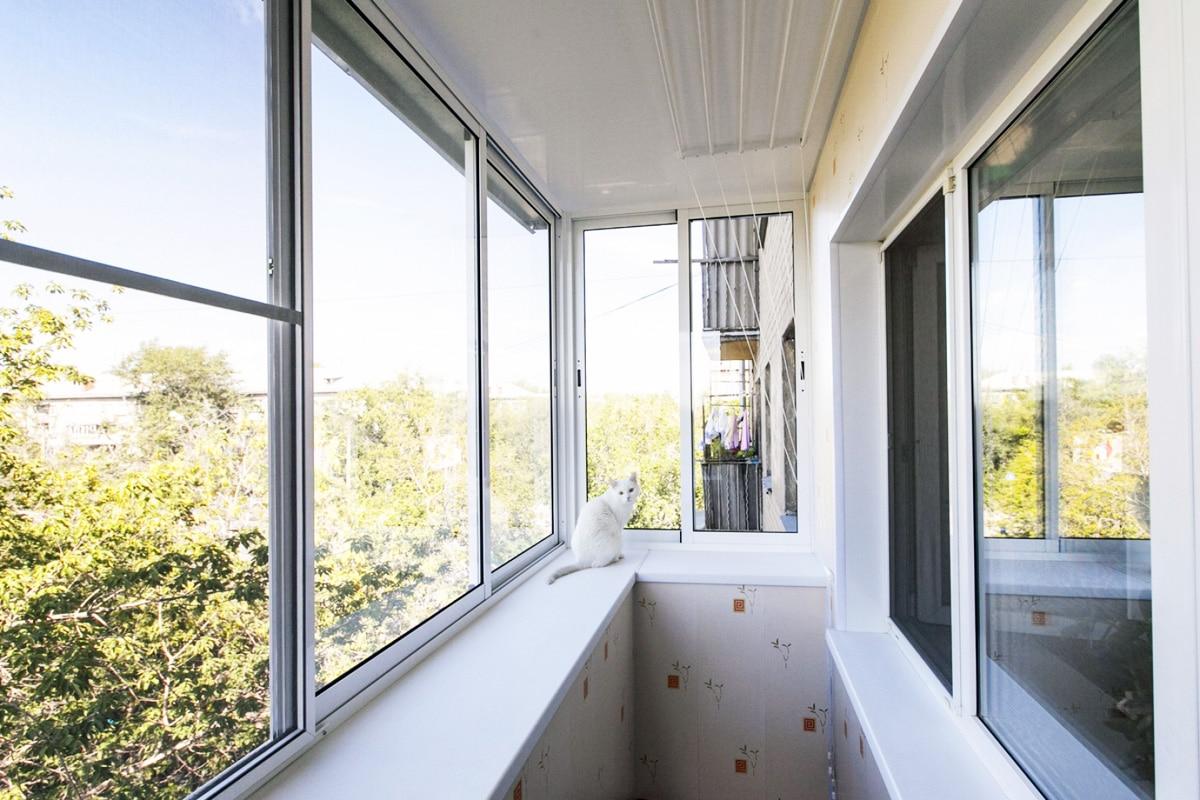 Остекление с крышей балкона