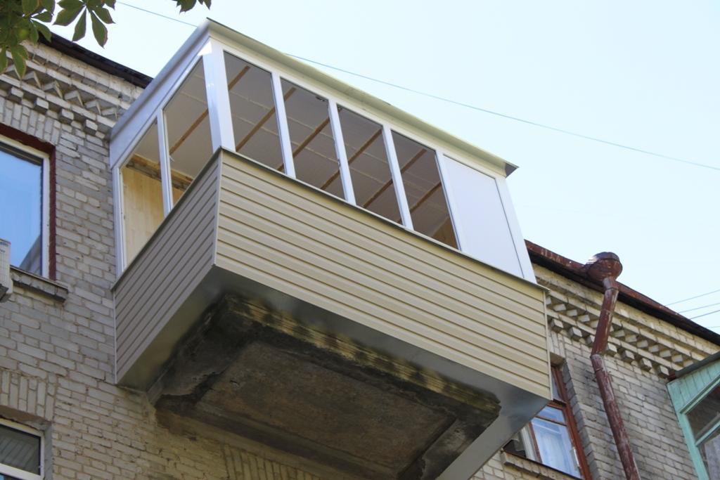 Остекление с выносом балкона по полу